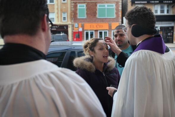 El sacerdote Peter Siwek pasó horas afuera de la estación de trenes Loga...