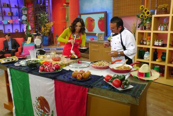 Karla y el Chef Emilio cocinando este platillo digno de esta celebración.