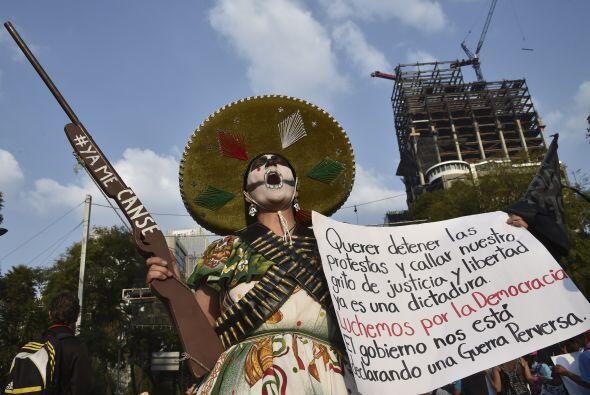 Una de las manifestantes vestida acorde con la época de la Revolución, p...