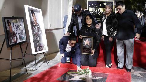 La familia de Selena Quintanilla posa para los fotógrafos tras la...