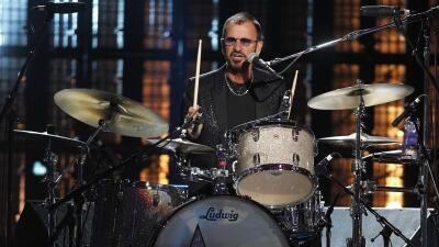 El ex baterista de los Beatles, Ringo Starr toca la batería en la...