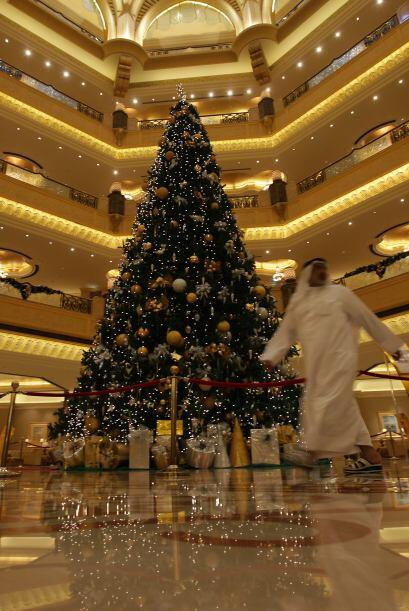 En la entrada del hotel Emirates Palace, en los Emiratos Árabes, se encu...