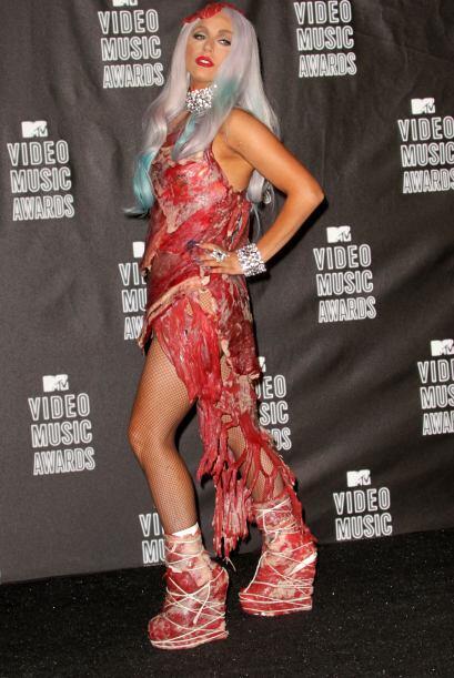 La que sí presumió mucha carne con su vestido fue Lady Gag...