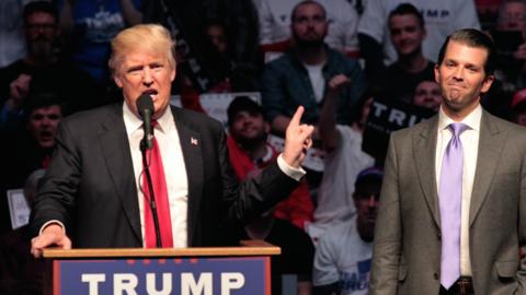 Donald Trunmp y su hijo Donald Trump Jr. durante la campaña elect...