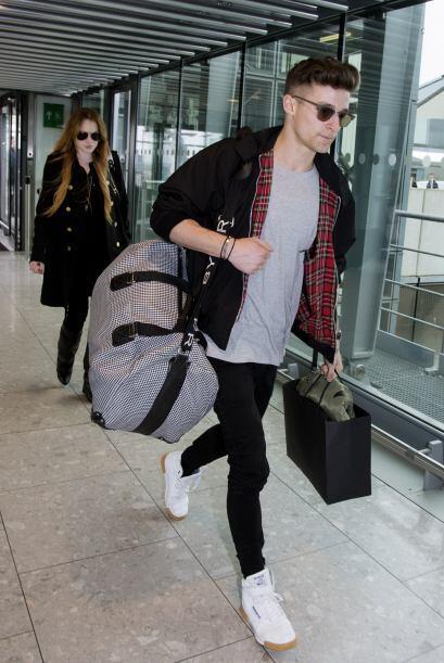 Encontramos a la estrella de cine corriendo por un aeropuerto en Londres...