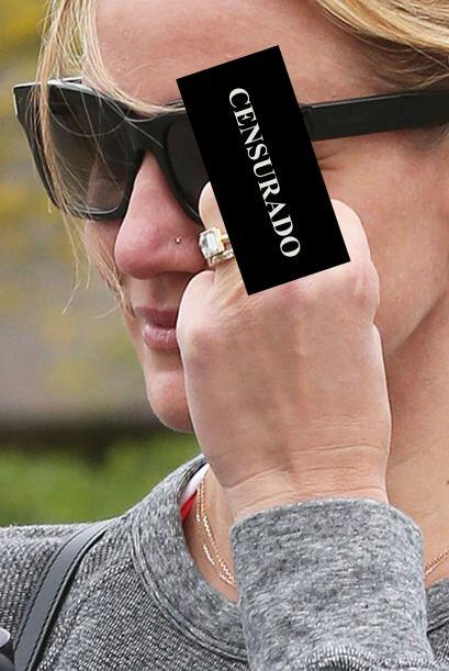 Tal vez quiso presumir su anillo de matrimonio.