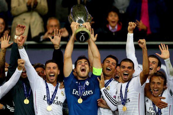 El siguiente éxito conseguido por el Real Madrid fue la Super Copa Europ...