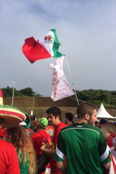 Varios llevaron sus banderas para ondearlas.
