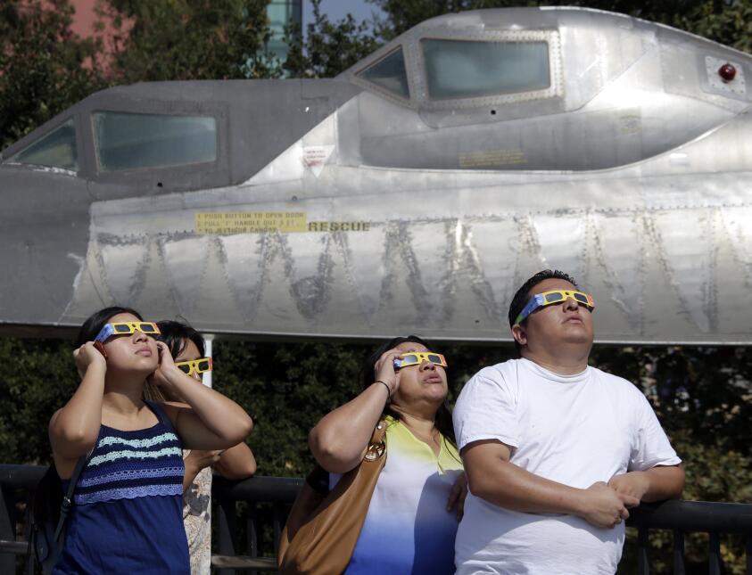 En fotos: Así se vivió el eclipse solar del sur al norte de California 6...