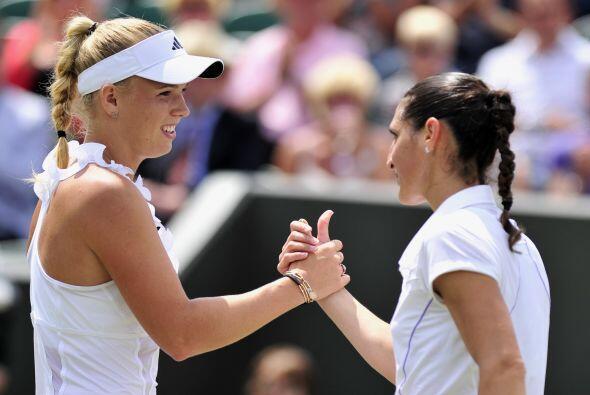 Caroline Wozniacki aseguró su primer lugar del ránking al vencer a 6-1,...
