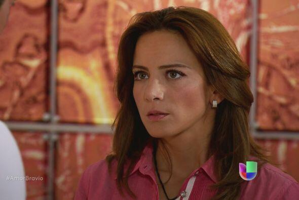 Camila se siente incómoda de verlo, le pide que haga sus cosas sin tomar...