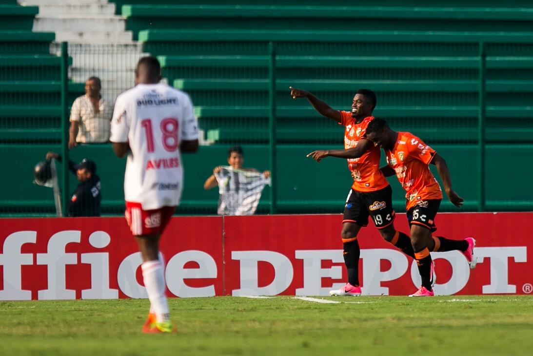 Xolos gana y Jaguares se hunde en el descenso Felix Micolta celebra su g...