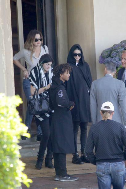 """Khloé, Kendall y Kylie, con Jaden Smith de """"invitado"""", dejaron el hotel..."""