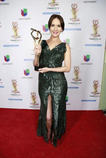 Nos encantó como se veía Adriana Louvier, y más con ese premio en sus ma...