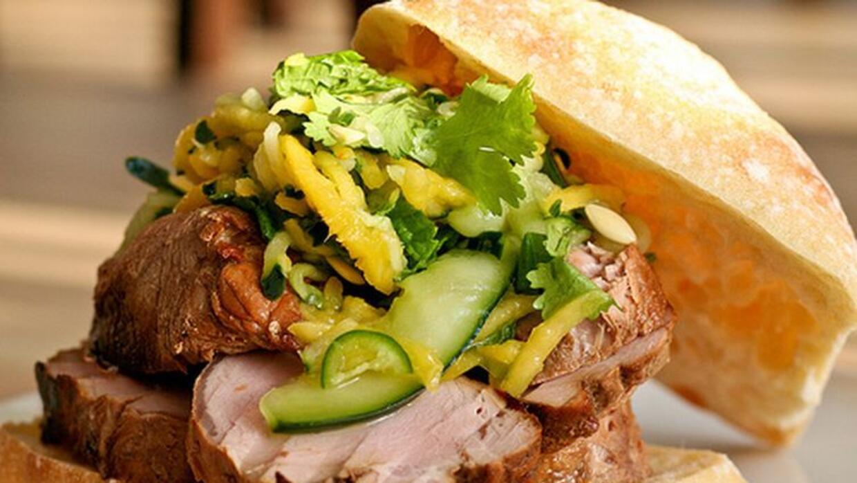 Ciabatta rellena de lomo de cerdo con ensalada de pepino y mango.