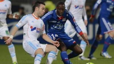 Valbuena, del Marsella, disputando el balón.