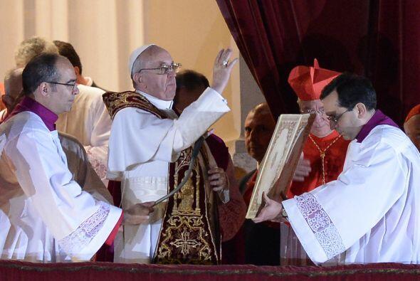 Franciso I da la bendición y reza un Ave maría.