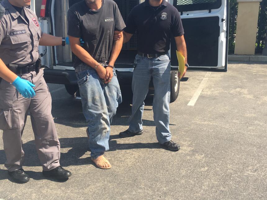 Los inmigrantes fueron trasladados a un centro de detención de ICE en Ca...