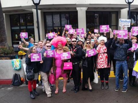 """Decenas protestan contra política de """"nombres reales"""" de Facebook"""
