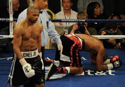 Jones golpeó a Hopkins por debajo del cinturón, lo que 'El Ejecutor' apr...
