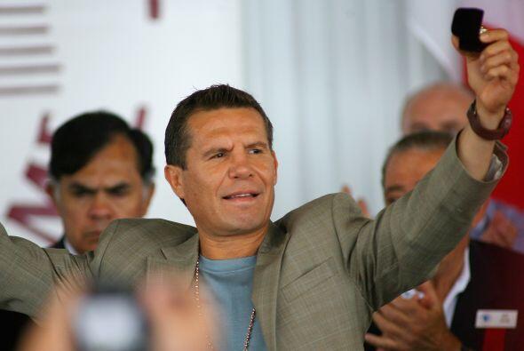 La ovación para Julio César Chávez cuando fue presentado en la ceremonia...