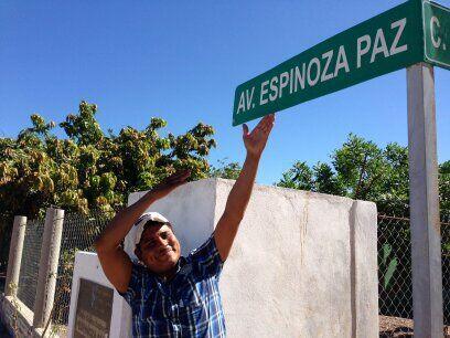 Larry nunca imaginó que algún día podría conocer a famosos como Espinoza...