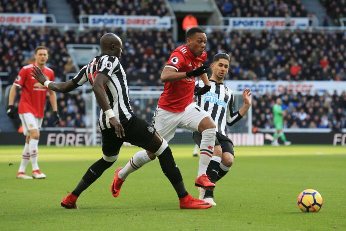 Newcastle sorprende y vence al Manchester United gettyimages-916926834.jpg