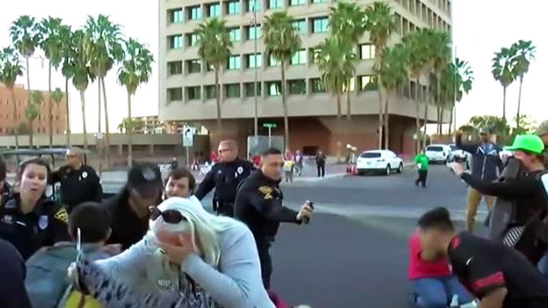 Polícia rocía gas pimienta entre los asistentes a la protesta en el cent...