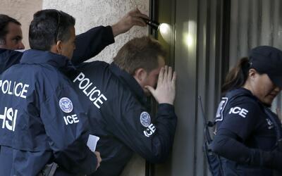 Agentes federales de ICE durante un operativo.