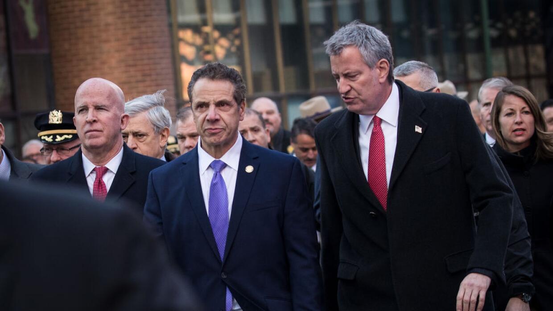 El gobernador Cuomo (al medio) y el alcalde De Blasio (a la izquierda) s...