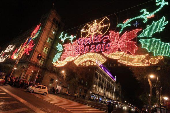 En el Zócalo capitalino se instalan imágenes alusivas a la Navidad como...