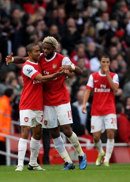 En este grupo de amigos también estuvo Alex Song, que llegó al Arsenal e...