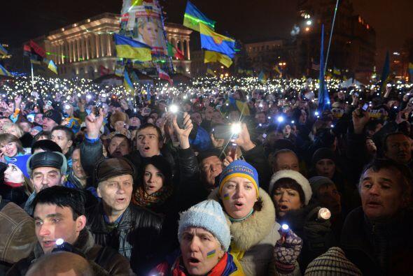 Más de 20 mil ucranianos en Kiev, usando sus teléfonos celulares como li...