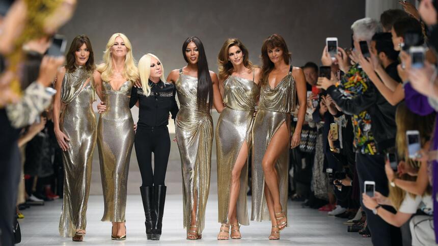 Una ovación de pie recibieron en Milán las supermodelos Carla Bruni, Cla...