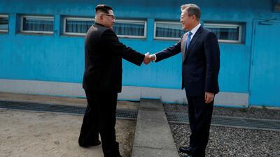 En video: El histórico apretón de manos entre los líderes de Corea del Norte y Corea del Sur