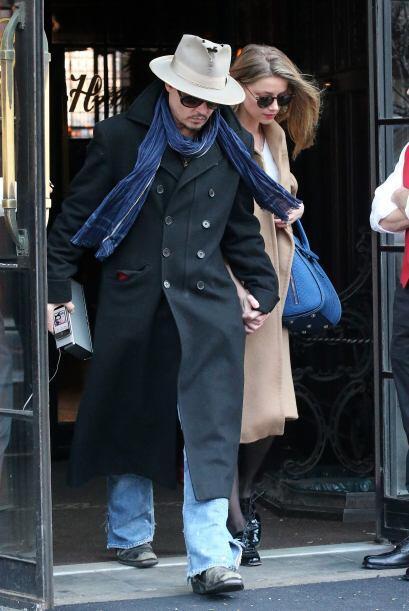 Depp trató de ponerse entre las cámaras y su enamorada.Mira aquí los vid...