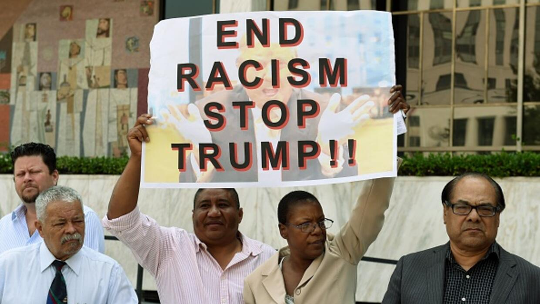 Activistas marchando cotra plan migratorio de Trump.