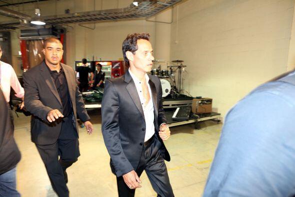 ¡Sí! Tenemos la foto de Marc Anthony detrás del escenario.
