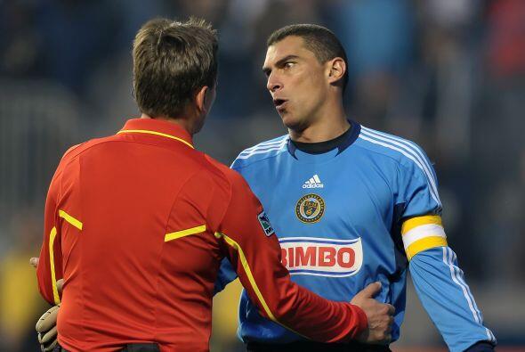 El equipo de Mondragón ganó 1-0 y el colombiano estuvo inm...