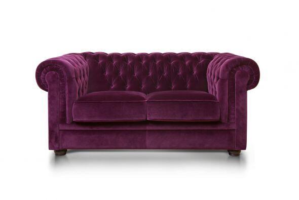 Un mueble con un diseño masculino, como un sillón Chesterfield, ubicado...