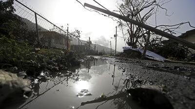 Cables y escombros tirados tras el paso del huracán María por Yabucoa, P...