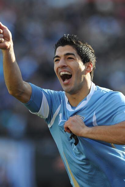 Luis Suárez, hoy en el Liverpool de Inglaterra, lucha y convierte...