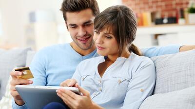 La mejor manera de ayudar a tu pareja a establecer su historial de crédito (sin afectar el tuyo)