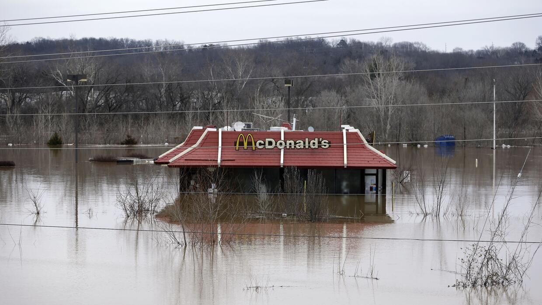 Un local de McDonalds cubierto por las aguas, casi hasta el techo