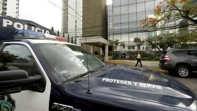 Un vehículo de la policía panameña ante la sede de la firma Mossak Fonse...