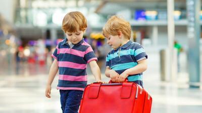 Niños en el aeropuerto