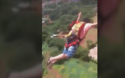 Video: Compra en internet un paracaídas y lo prueba desde su balcón