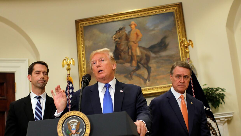 El presidente Donald Trump habla de un nuevo proyecto de ley que reducir...