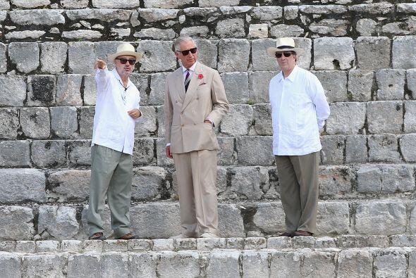Charles visitó las ruinas arqueológicas de Edzna.
