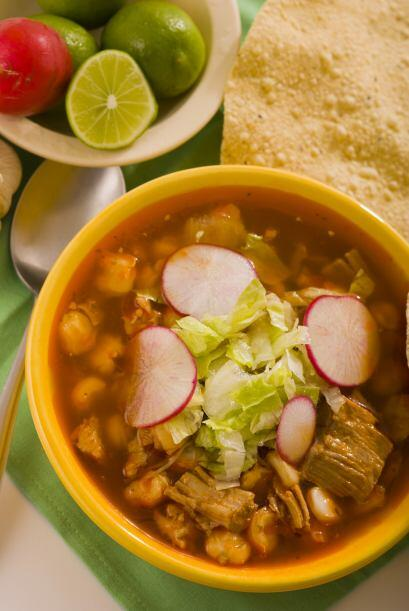 Pozole. Esta sopa a base de grano de maíz es ideal si tienes muchos invi...
